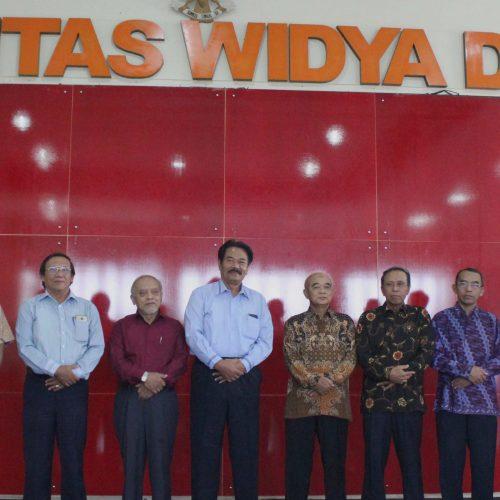 Penyerahan SK Perpanjangan Masa Kerja Rektor Universitas Widya Dharma Klaten